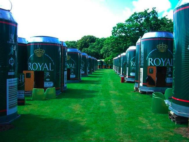 latas de cerveza gigantes en un jardín