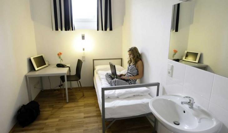 habitación de hotel que cuenta con un dormitorio como si fuera de la prisión