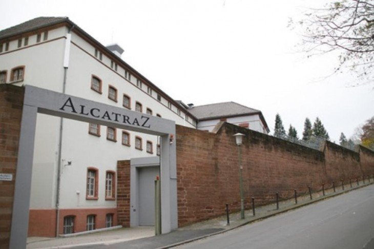 hotel prisión en Alemania rodeado de grandes muros