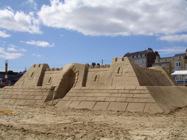 fachada de un hotel hecha de arena
