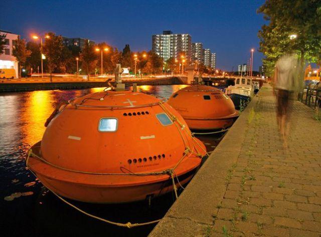 capsula de color naranja anclada a una canal