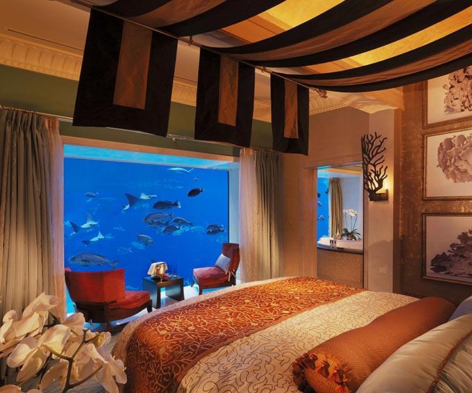 habitación de hotel que esta en medio del mar