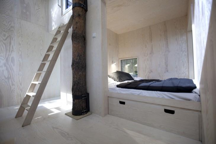 habitación de hotel que se encuentra sobre los árboles en un gran cubo de espejos