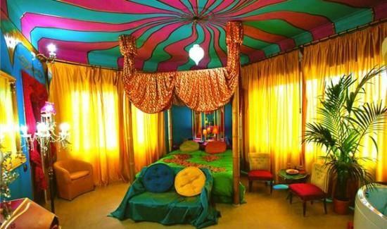 habitación de hotel colorida