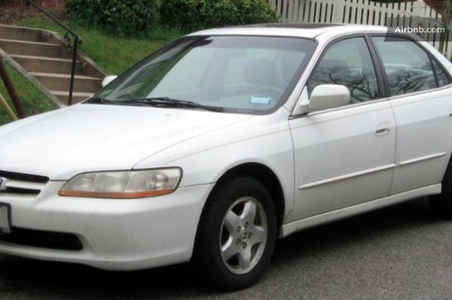 carro blanco estacionado en la calle