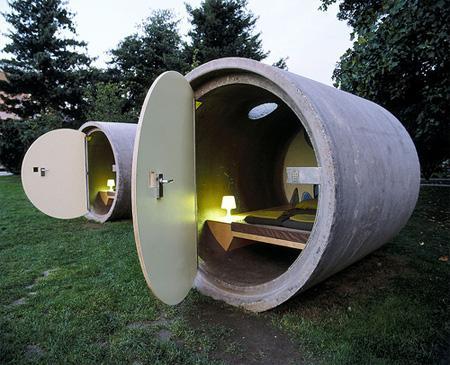 tubo de drenaje gigante que tiene una cama dentro del él