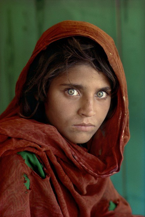 Steve McCurry niña pintada de rojo