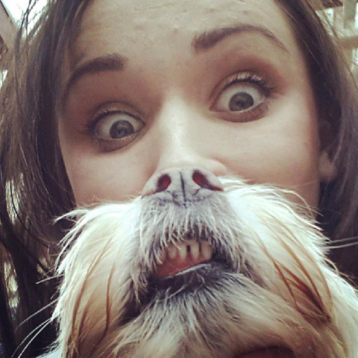 Chica con la mitad de su nariz hacia abajo con la de un perro