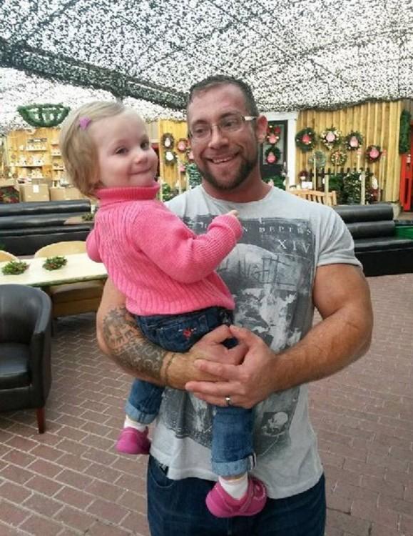 padre con niña en brazos