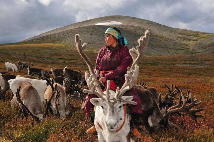 mujer arriba de un reno