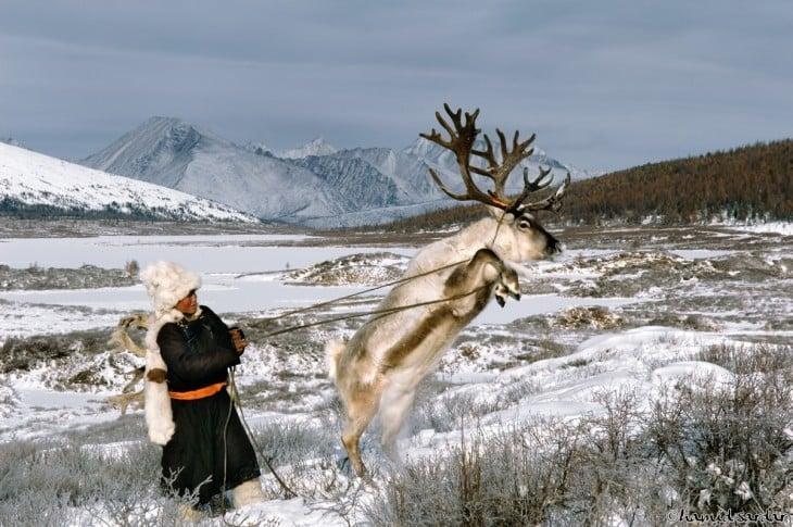 mujer con un reno saltando