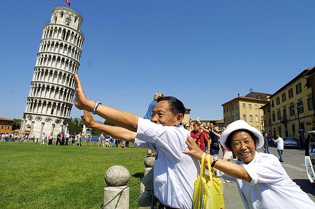 chinos, japoneses sosteniendo la torre de Pisa
