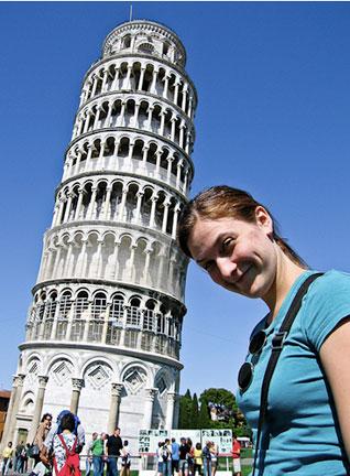 chica apoya la cabeza sosteniendo a la torre de Pisa