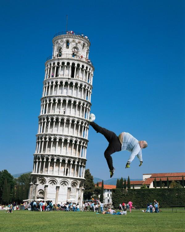 pelado pateando a la torre de Pisa