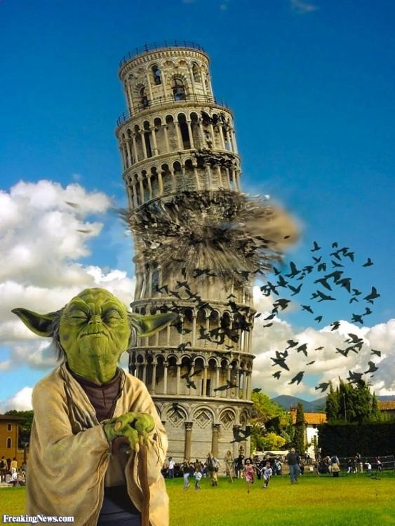 yoda de star wars junto a la torre de Pisa