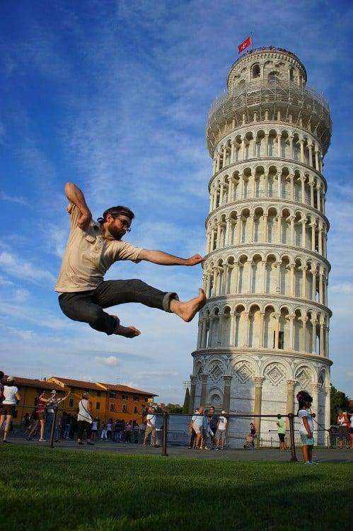 chico da patada voladora a la torre de Pisa