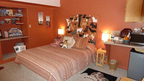 cama de cuarto de hotel con cojines en forma de perro