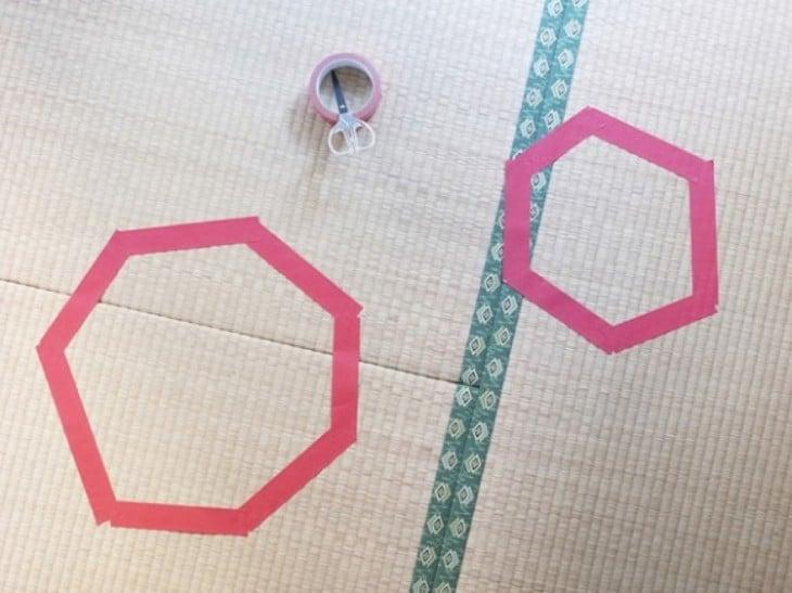dos círculos rosados en el piso