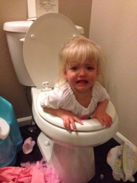 niña adentro de un retrete llorando