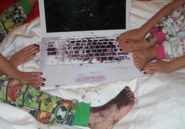 niños manchando una computadora de pintura
