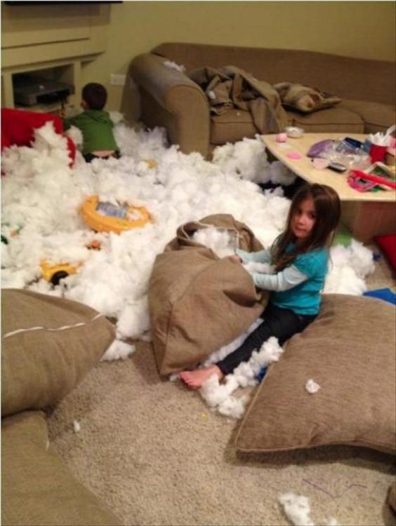 sala con los cojines destruidos y niños jugando en ella