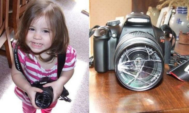 niña sosteniendo una cámara quebrada