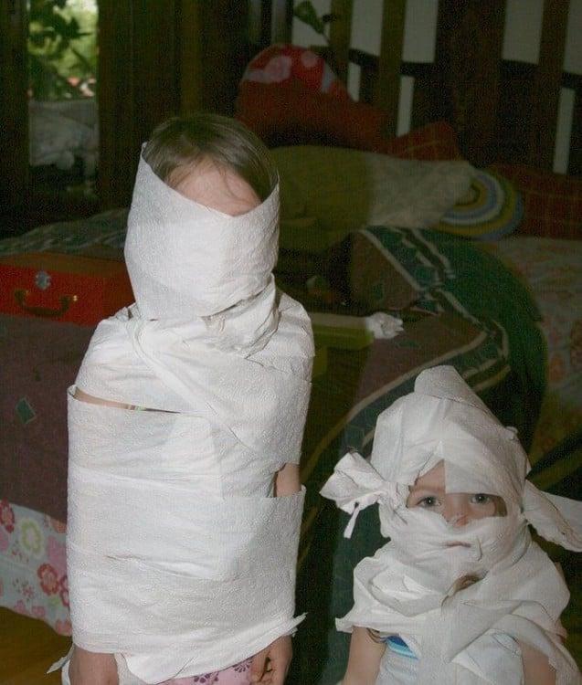 niñas envueltas en papel de baño