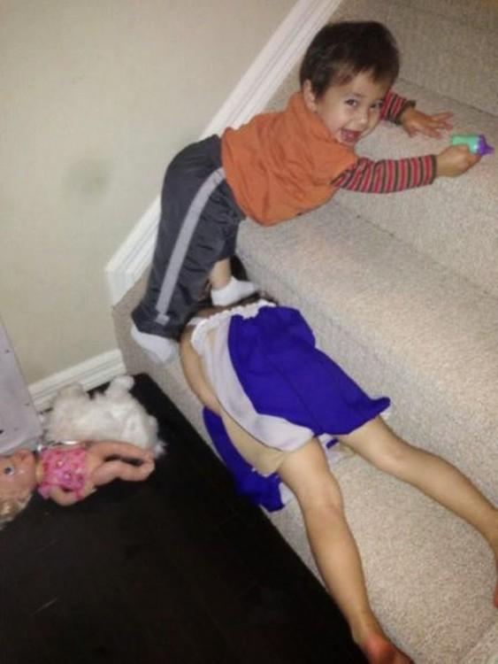 niño aplastando a una niña en las escaleras