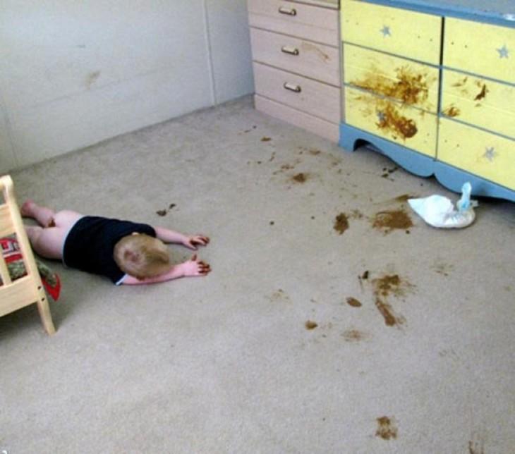 niño recostado en el suelo con el pañal regado por el suelo