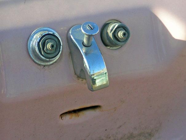 llaves de un grifo oxidadas que forman unos ojos una nariz