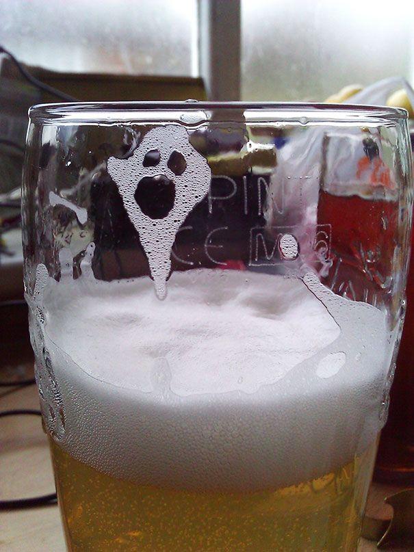 vaso de cerveza con espuma que forma un fantasma