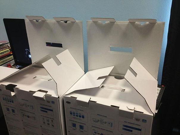 cajas en una oficina formando caras y unas manos