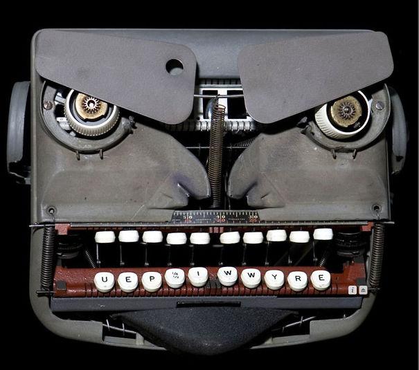 máquina de escribir con teclas que forman una cara de enojo
