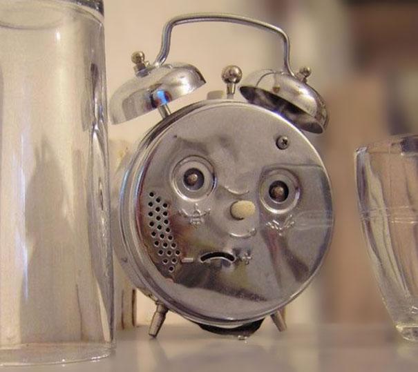 reloj que forma cara de confusión y que esta al lado de unos vasos