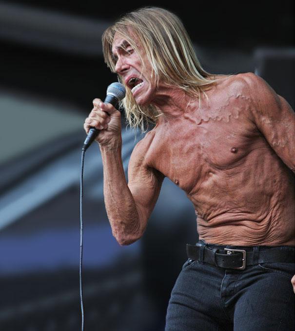 hombre de cabello largo y rubio cantando sin camisa