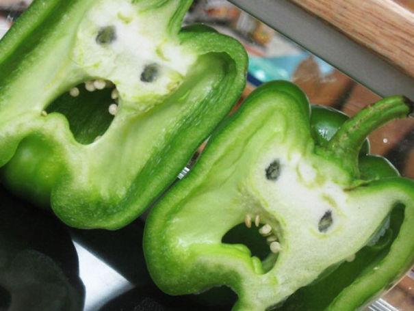 pimientos de color verde simulando caras de susto