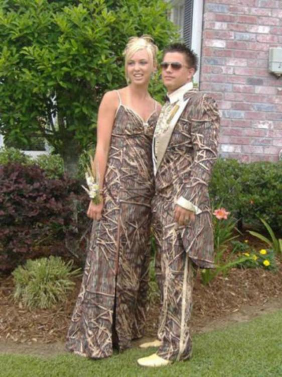 pareja de novios vestidos de manera igual con diseños de piel de víbora