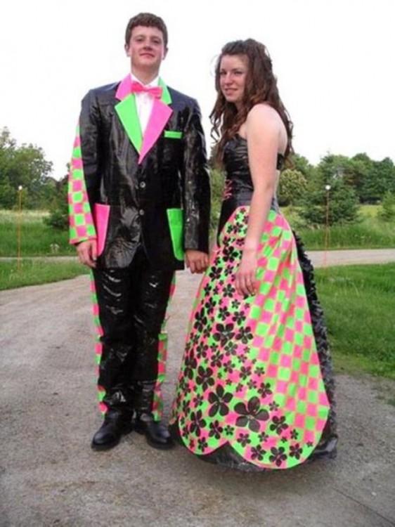 novios usando un traje negro y rombos de color verde y rosa