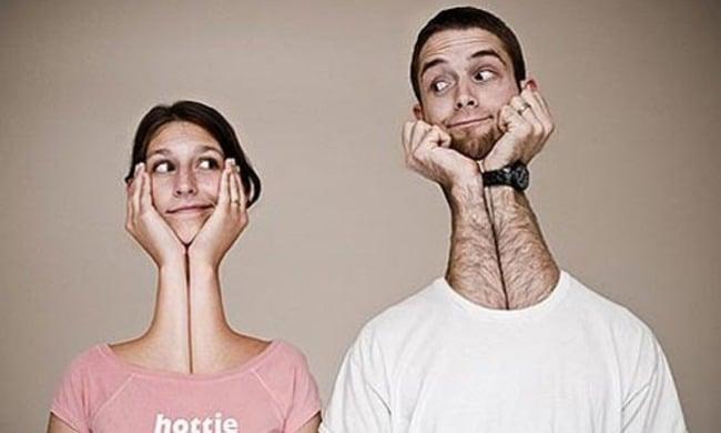 personas que con sus manos forman el cuello y sostienen su cabeza