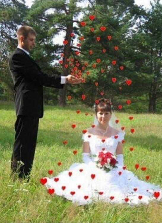 novios en un jardín mientras el novio le lanza corazones a la novia sentada en el pasto