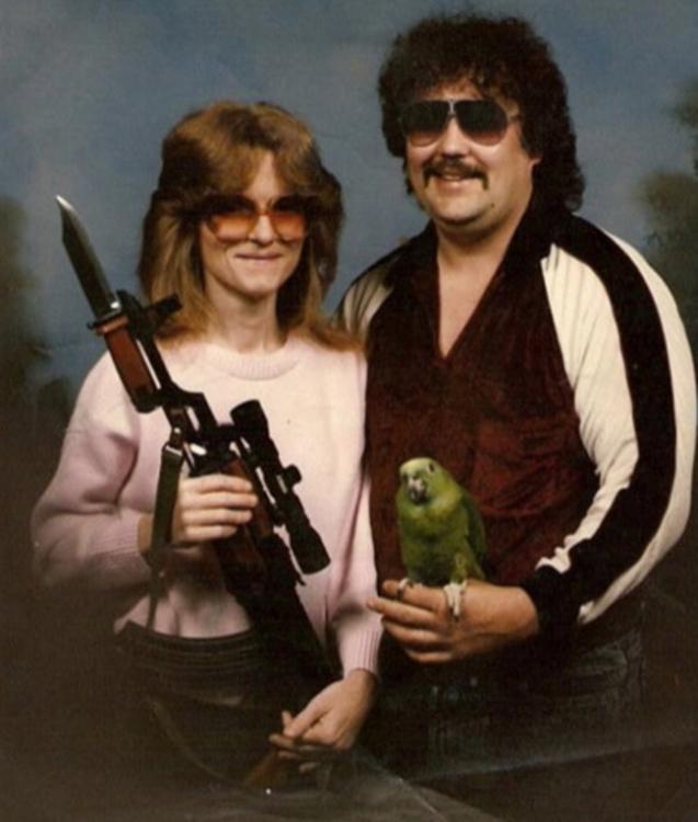 pareja sosteniendo un rifle y un perico