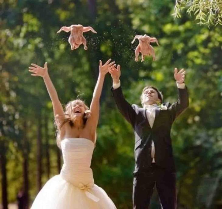 novios lanzando unos pollos al aire