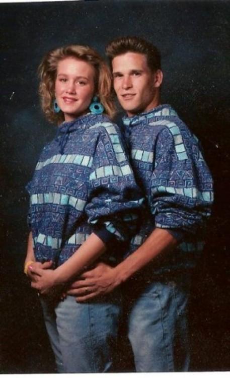 pareja vestida con el mismo suéter azul mientras están abrazados