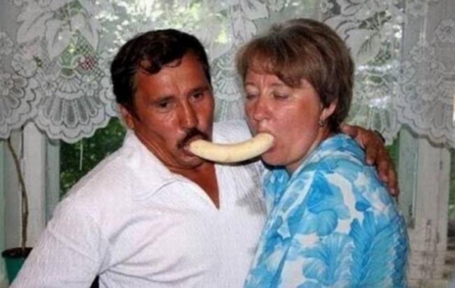 novios compartiendo un plátano