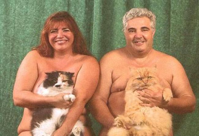 personas desnudas sosteniendo a unos gatos