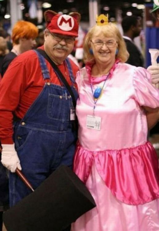 pareja de adultos vestidos como en el videojuego donde mario rescata a la princesa