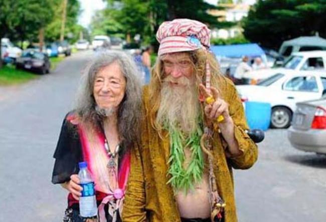 pareja de ancianos hippies en la carretera