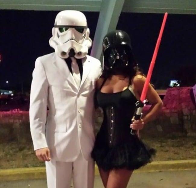 pareja vestida con trajes de star wars