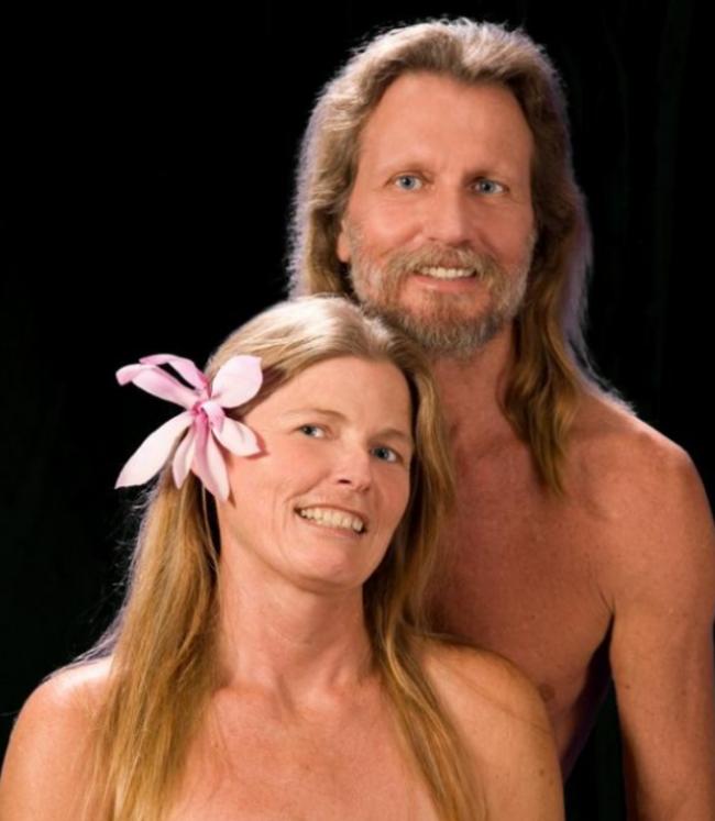 pareja posando desnuda del pecho hacia arriba