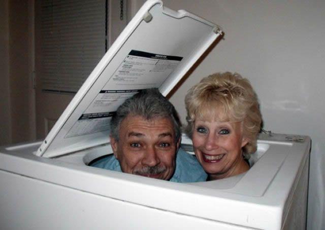 pareja de adultos adentro de una lavadora